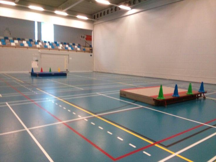 Keeperstrefbal. nodig: 2 dikke matten, 2 banken, 8 of meer pylonen, 2 ballen…