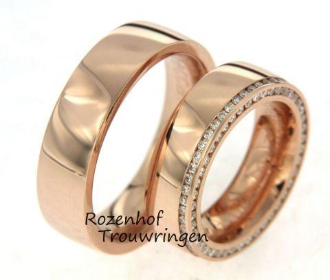 Prestigieuze roodgouden trouwringen. De ringen zijn 6,5 mm breed. In de dames trouwring is aan de buitenkant,zowel op de ring als aan de zijkant van de ring, een schitterende rand van briljant geslepen diamanten geplaatst. deze ringen zijn leverbaar in 9, 14 en 18 karaat goud.