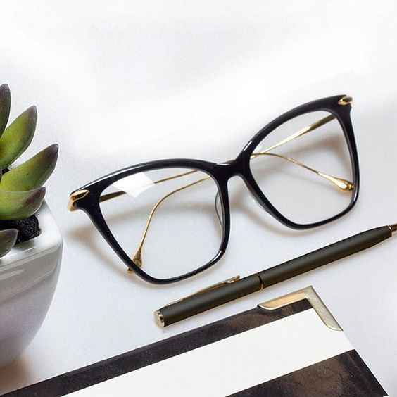 Плохое зрение и ношение оптических очков не редко становятся причиной комплексов. Поэтому многие девушки предпочитают очкам линзы. Это напрасно. Ведь правильно подобранные и стильные очки могут выг…
