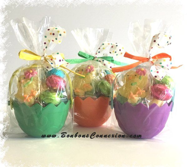 Petits paniers cadeaux de Pâques remplient de bonbons et oeufs chocolates. Small Easter gift baskets filled with candies and chocolate eggs.