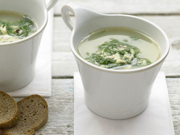 Geflügelsuppe grün-gelb - mit Spinat und Parmesan - smarter - Kalorien: 169 Kcal - Zeit: 15 Min. | eatsmarter.de