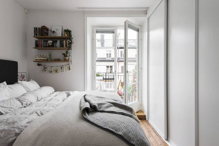 Högt upp i huset på fyra trappor finns du denna välplanerade tvåa med fönster i två väderstreck. Lägenheten har en underbar balkong med sol större delen av dagen, speciellt på kvällen. Lägenheten är disponerad med ett stort vardagsrum med plats för både soffa och matbord. Sovrummet vetter mot föreningens innergård och rymmer dubbelsäng med sängbord och en stor garderobsvägg med skjutdörrar. Hallen öppnar upp lägenheten på ett trevlig sätt med ingång till kök, vardagsrum och det stambytta…