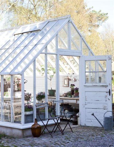 VårvarmtEtt härligt, stort växthus som är byggt i lösvirke och rymmer såväl odlingsbäddar som planteringsbord och en sittgrupp. I växthuset finns även en liten kamin som går att elda i.
