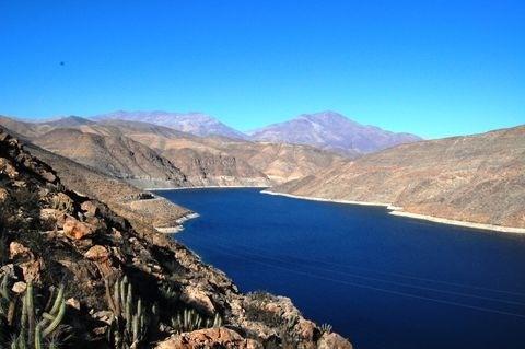 Embalse Santa Juana. Interior de Vallenar. Tercera Región de Atacama.  Tiene una longitud de 11 kms.