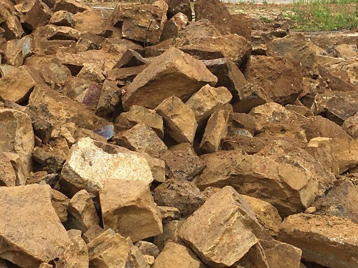 Recyclage de vieille pierre. Pour les besoins de certaines réalisations, nous sommes amenés à rechercher des stocks de vieilles pierres. Nous les trouvons sur des chantiers de démolition dans notre région (Morbihan). Ces pierres connaissent ensuite une seconde vie, après avoir été triées, nettoyées et retaillées. #recyclage #circuitcourt #pierre