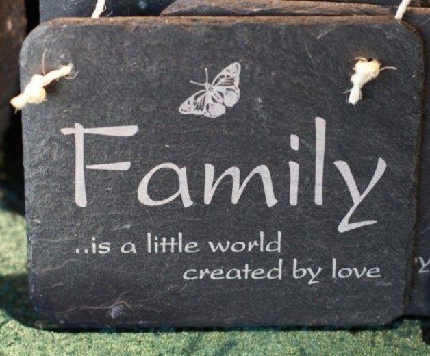 """Schiefertafel Family is a little world Schild  Schiefertafel Gravur Family is a little world Schieferplatte Schiefertafel Schild  Schiefertafel mit dem tollen Spruch """"Family is a little world..."""