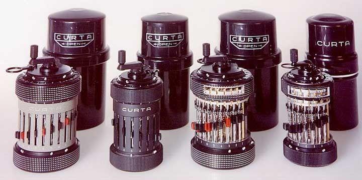 La calculadora mecanica de bolsillo CURTA-Sin pilas, inventada en 1938 por Curt Herzstark y perfeccionada en campo de concentracion Nazi. Fue la mas eficiente calculadora de bolsillo hasta que se popularizaron las calculadoras electricas en los 70.