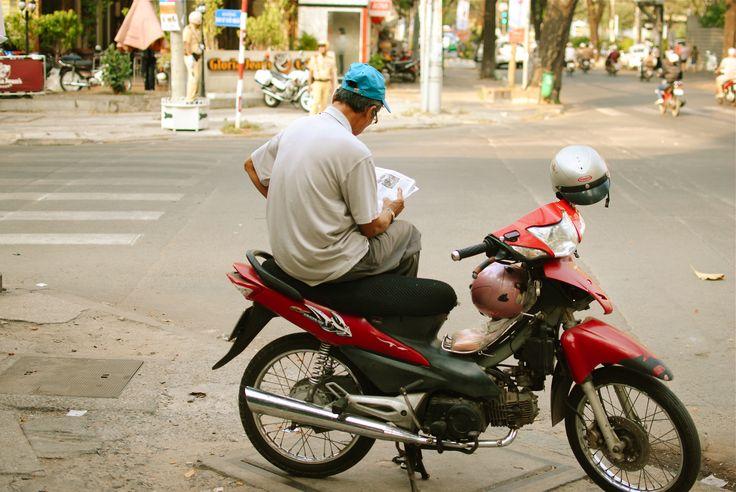 Kein Sofa, sondern #Moped, kein iPad, sondern Zeitung. Die entspannte Atmosphäre in #Vietnam