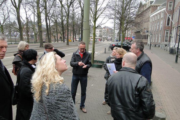 Leden van de hoofdsector Stukadoren & Afbouw gingen met een deskundige gids op pad door het centrum van Den Haag.