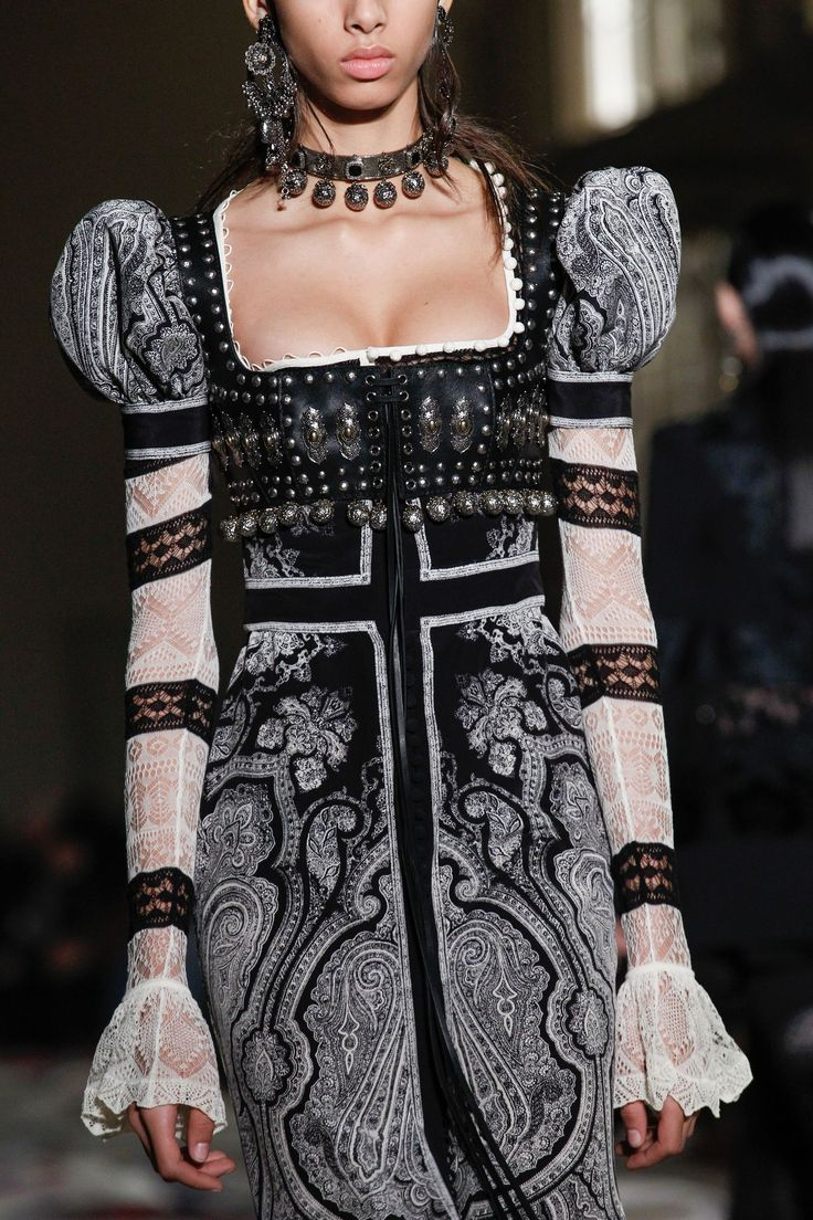 Alexander McQueen Spring 2017 Ready-to-Wear Fashion Show Details