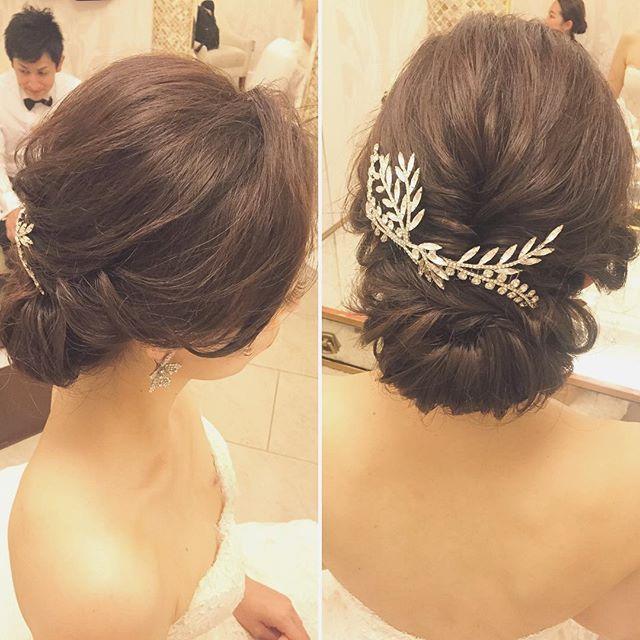 大人な女性の品が漂う、甘すぎなくて少しカッコいいテイストのこちらのスタイル 立ち上げた前髪から耳を覆う様に緩やかなラインで仕上げた横顔に色気を感じます アクセサリーの足し引きも完璧です♡ #hawaii#hairmake#hairarrange#makeup#weddinghair#hawaiihairmake#weddingphoto#photoshooting#TerraceByTheSea#TheTerraceByTheSea#53ByTheSea#TAKAMIBRIDAL#テラスバイザシー#タカミブライダル#ハワイウェディング#ハワイヘアメイク#ウェディングヘア#ヘアメイク#ヘアスタイル#ヘアセット#ヘアアレンジ#花嫁#プレ花嫁#オシャレ花嫁#ウェディング#美容師#ギブソンタック