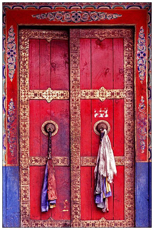 El rojo y los diseños justifican la presencia de esta puerta aunque no haya flores.
