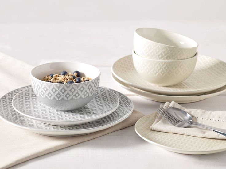 Geo prints are STILL everywhere, and paired with grey and white, this table set up is interior perfection.
