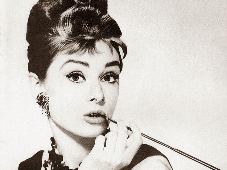 4Mayıs 1929 doğumlu Belçikalı Sinema oyuncusu Audrey Hepburn herkesin gönlüne that kurmuş bir Yılan Çolpançı Kadını.