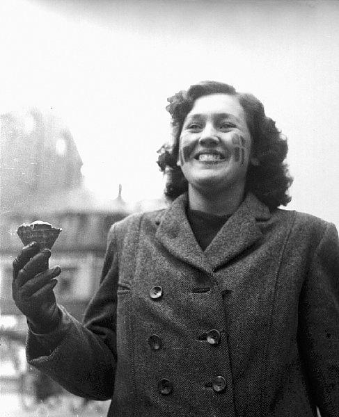 Kvinde med påmalet Dannebrogsflag i dagene efter befrielsen d. 5. maj 1945 (ukendt) Frihedsmuseets Billedarkiv http://erez.natmus.dk/FHMbilleder/Site/index.jsp