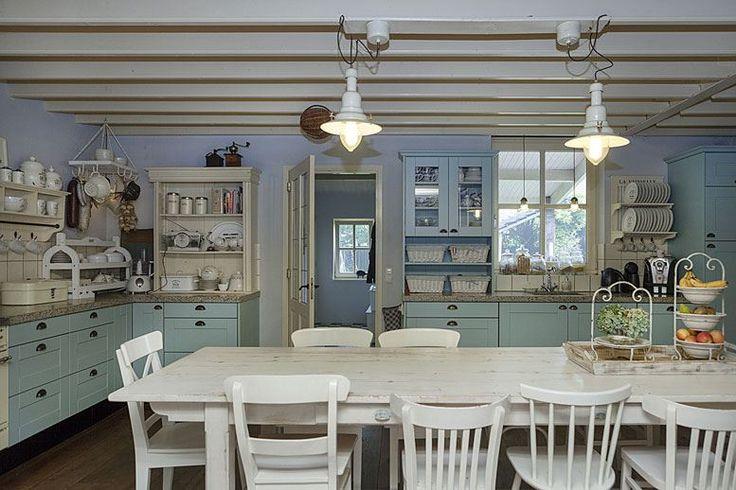 """Perfect onderhouden en fraai afgewerkte halfvrijstaande woonboerderij met houten garage, berging en grote achtertuin met overkapping gelegen aan de fraaie oude straat """"Brand"""" in de jonge en nieuwe wijk Brandevoort.  De sfeer van weleer in een modern"""