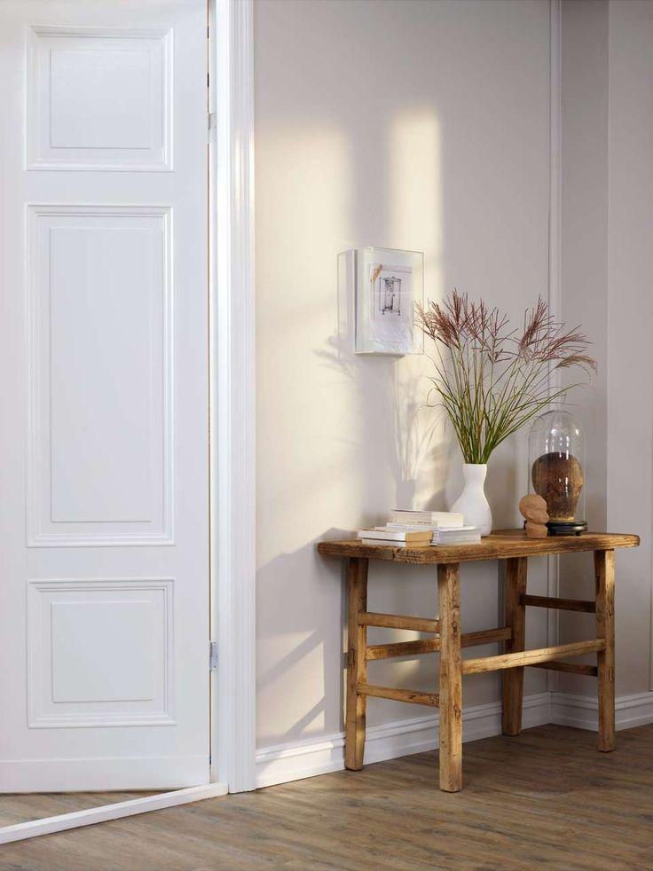 NØYTRAL HVIT: Velger du såkalte greige farger på veggene bør lister, vinduer og dører være i en nøytral hvittone som Klassisk Hvit. Her er veggene malt i fargen Kalk fra Jotun.