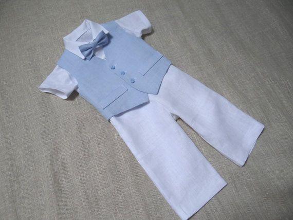 Donnez à votre bébé de beaux vêtements. En remerciement, il vous donnera un sourire.  Costume de lin naturel de bébé garçon comprend ensemble de 4 : -Vest -Jeans/Pantalons -Chemise -Noeud papillon Gilet est entièrement doublé avec du tissu de coton. Pantalon est disponible en taille élastique réglable avec boutons. Noeud papillon est pré-liés avec une fermeture Velcro ajustable à larrière. Il est possible de commander une courte ou longue chemise à manches, si non il spécifié seront courte…