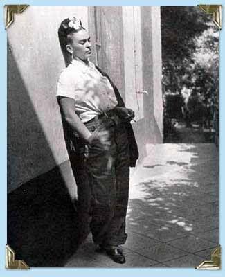 En 1922 entró a estudiar a la Escuela Nacional Preparatoria de la Ciudad de México, una de las instituciones más prestigiosas de la época, la cual empezaba a admitir a mujeres en sus aulas. Ahí, se convirtió en la cabeza de un grupo formado mayormente por hombres, quienes realizaban travesuras a los profesores.