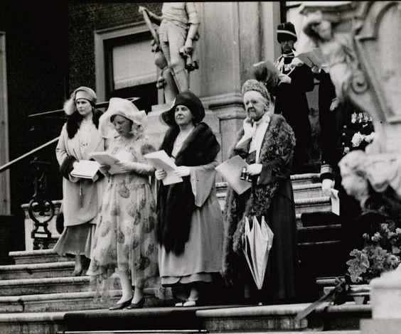 Défilé 30 april 1930, vlnr Juliana, Wilhelmina, Emma