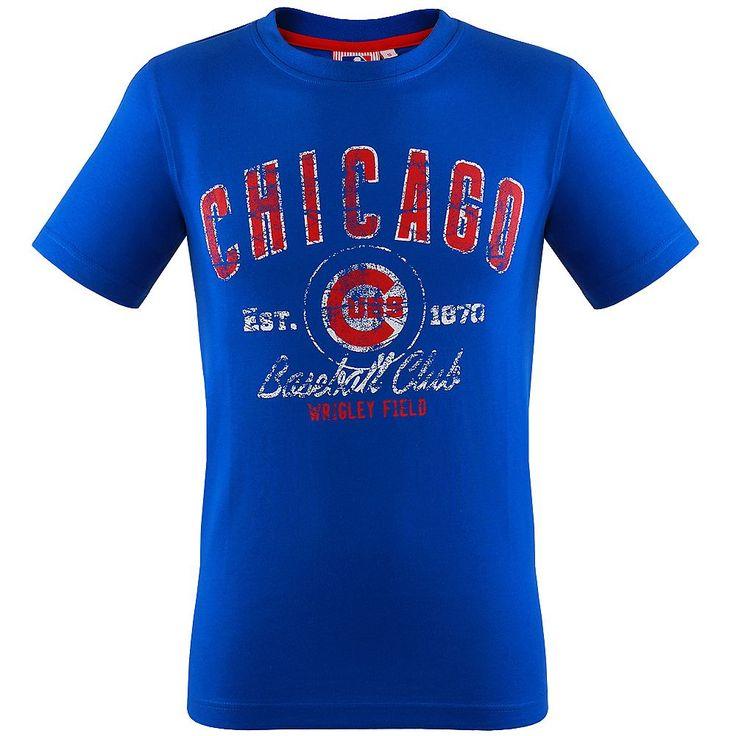 Chicago Cubs Varsity Brights T-Shirt    Die Chicago Cubs sind einer der ältesten Baseball Mannschaft aus Amerika. Sie spielen in der Central Division in der National League und zählten zu Beginn der Gründung der National League zu den absoluten Topmannschaften. Ihre Heimspiele tragen die Chicago Cubs im Wrigley Stadion aus, das meist restlos ausverkauft ist. Mit dem Stadtrivalen Chicago White S...