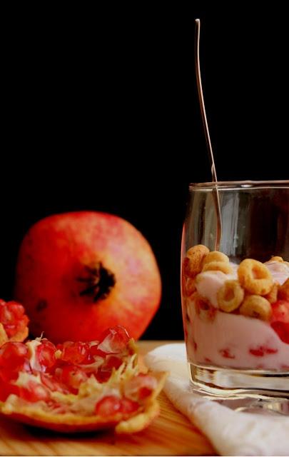 Cereais, iogurte e romã