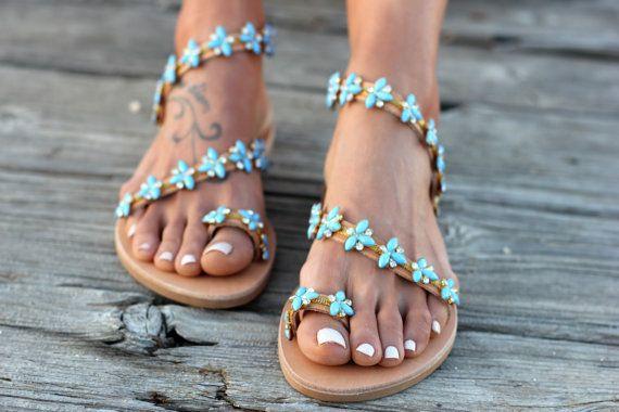 Sandali di cuoio greca fatta a mano su ordinazione.   Santorini III è uno dei tre sandali Santorini, realizzati a mano in vera pelle, pieno di cristalli e fiori blu-turchese come i colori sul meraviglioso Mar Egeo.  Una scelta perfetta per un matrimonio da sogno al mare o una scelta glamour e confortevole per una serata speciale estate!  Formati disponibili: EU____.... 35... 36...... 37 38... 39... 40... 41... 42 U.K.___...... 2....3-3.5.....4.........5........6........6.5.......7........8…
