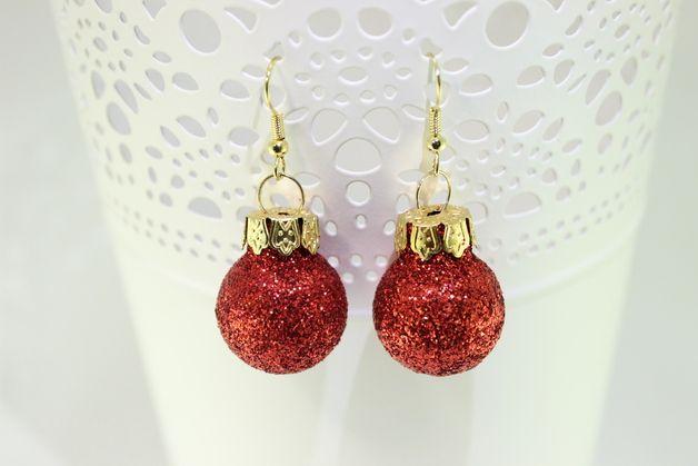 Schicke Ohrringe aus Weihnachtsbaumkugeln in rot-glitzer. Die Kugeln haben einen Durchmesser von 2cm. Zu klein? in meinem Shop gibt es auch Kugeln mit 3cm Durchmesser und in vielen weiteren...