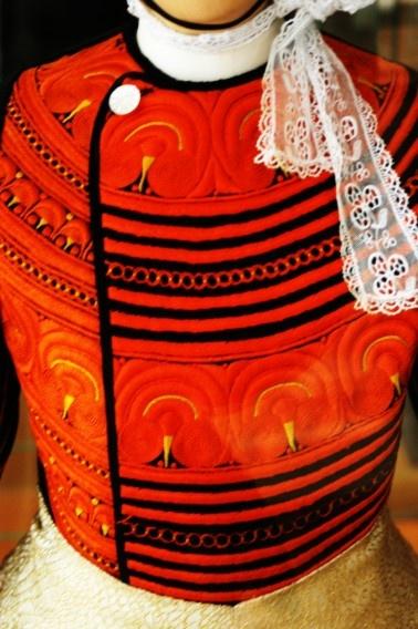 Plastron bigouden, costume traditionnel et broderie orange | Finistère Bretagne