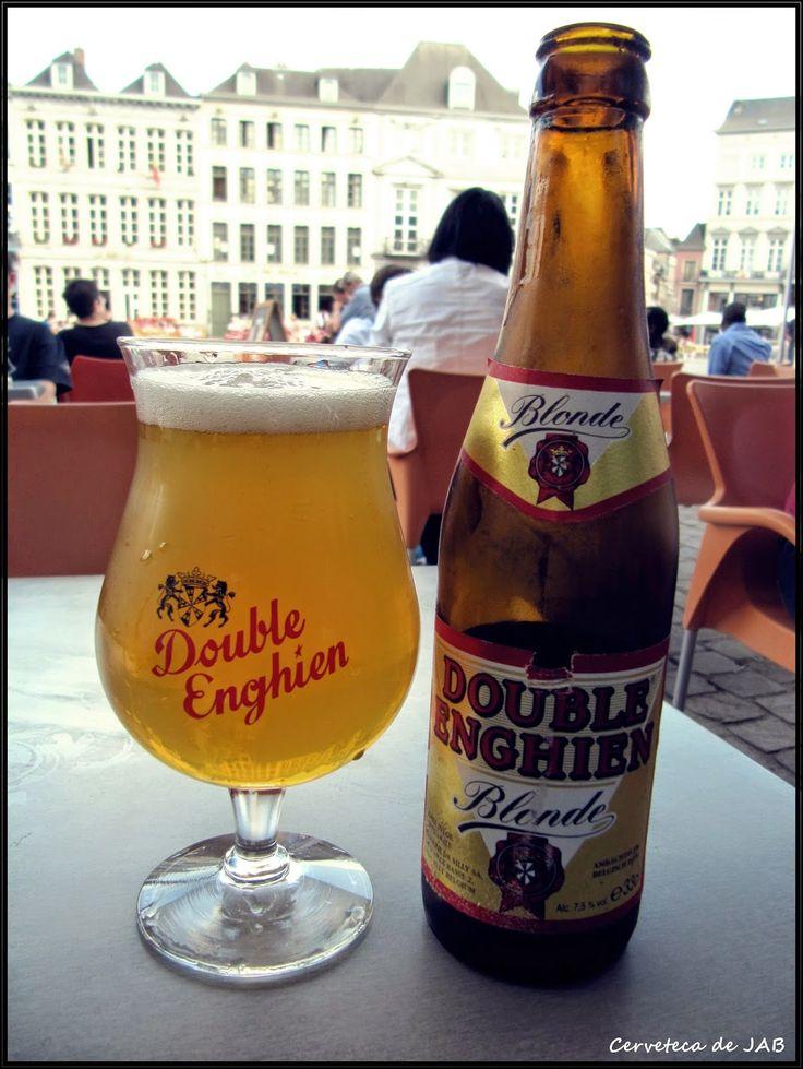 En la terraza de La Cervoise de MOns. La cerveza Double Enghien Blonde en primer plano.