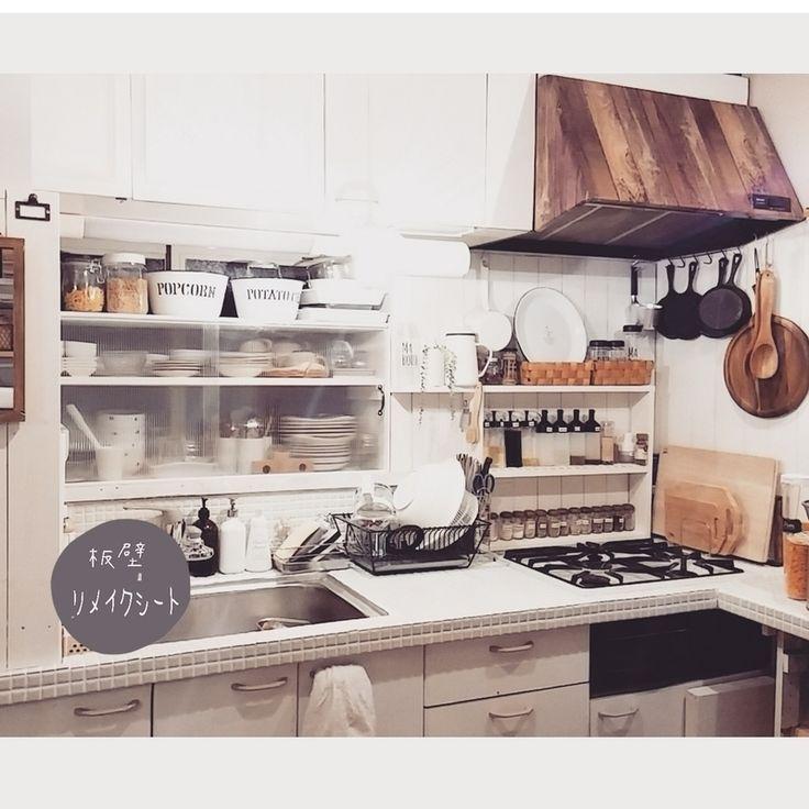 ナチュラルカントリーを目指してアチコチDIY中のキッチンで、存在感アリアリの真っ黒いレンジフードを、ダイソーのリメイクシート2枚で簡単にリメイクしました☆