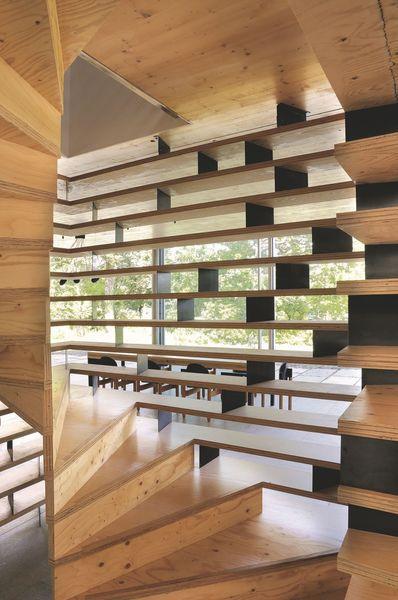 Un escalier contemporain en bois et métal. Plus de photos sur Côté Maison http://petitlien.fr/7v90