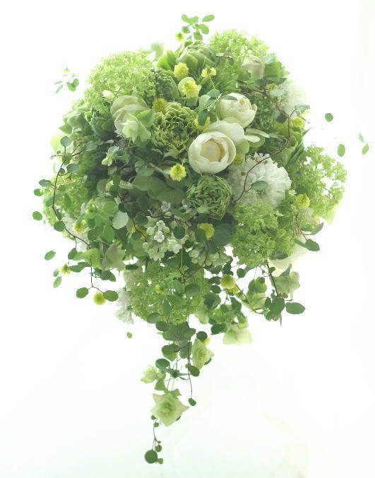 グリーンのセミキャスケードブーケ 緑の中に白  : 一会 ウエディングの花