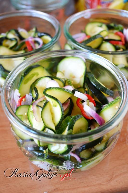 Sałatkę z cukinii z zieloną pietruszką i chili poleca każdemu. Jest jędrna, aromatyczna, chrupiąca, pyszna, idealna do mięs z sosami, do mielonych, nadaje się również do kanapek. Sałatka ...