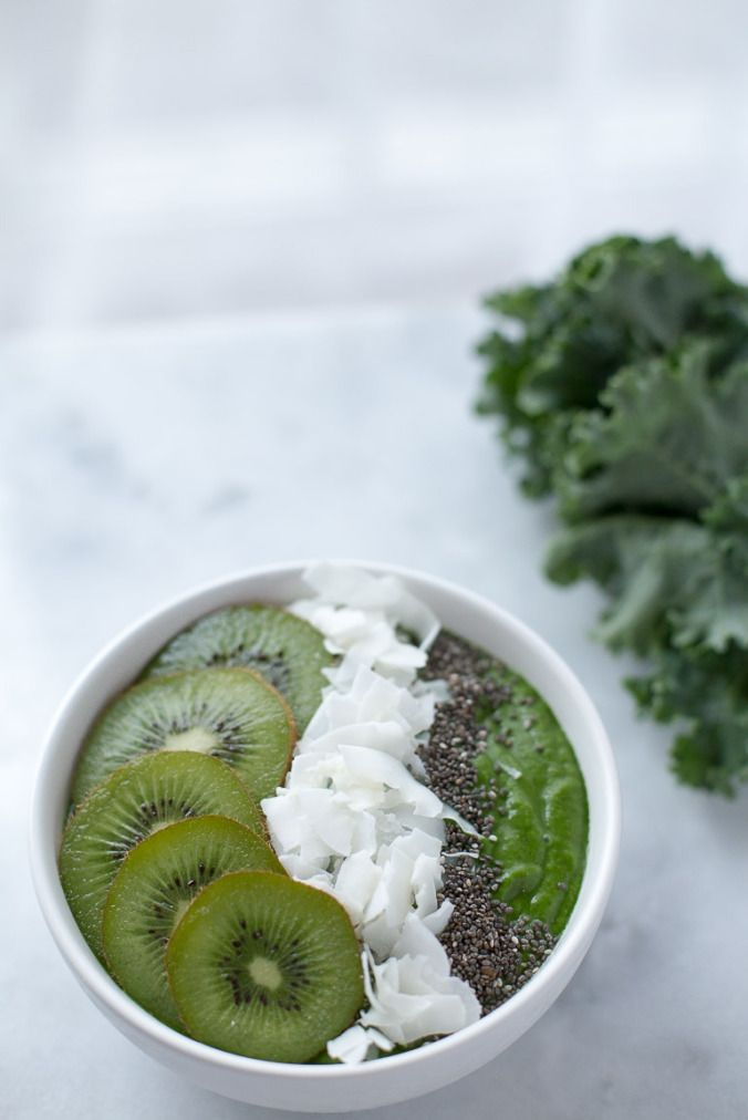 Low Sugar Green Smoothie Bowl | www.honestlynourished.com