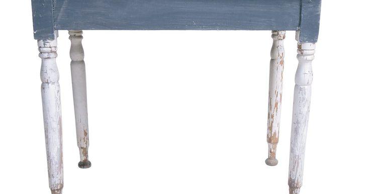 Técnicas de pintura rústica com verniz. O propósito de fazer pátina em madeira pintada é deixar uma peça nova com uma aparência antiga e desgastada. Existem muitos métodos para deixar a madeira com essa aparência -- incluindo o uso de técnicas com verniz. Crie móveis e acessórios interessantes e com aparência antiga com ferramentas e suprimentos simples e uma pequena quantidade de ...