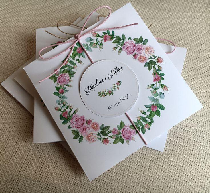 Zaproszenie rustykalne z sznurkiem i wiankiem z różowych różyczek  #zaproszenia #wesele #ślub #różowe #wianek #sznurek #róże #roze #invitation #rustic #rustykalne #pink #kółko #piekne #delikatne #oryginal #oryginalne #wyjatkowe #zaproszenie