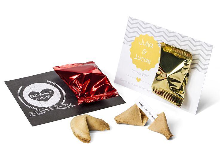 Een persoonlijke kaart mét een fortune cookie. En niet zomaar een fortune cookie, maar één met je eigen spreuk, tekst of jullie namen en datum! Kies een van onze kant-en-klaarontwerpen of maak je eigen ontwerp! #bedankje #Bruiloft #geluk #fortunecookie
