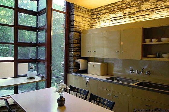 FALLINGWATER - I mobili in metallo della cucina sono di St. Charles