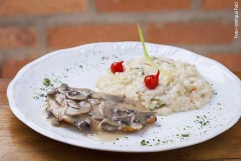 L'Astigiano (jantar) Scaloppine di pollo alla crema di funghi - Peito de frango grelhado com creme ao champignon e risoto de alho-poró e pimenta biquinho