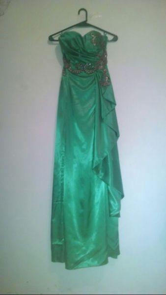 Vestido largo de Gala sin absoluto uso, de Alta Costura. En color verde esmeralda, de raso tornasolado con bordado plateado y negro