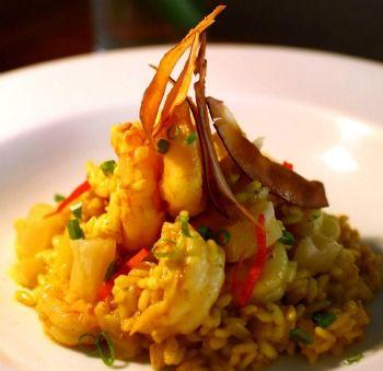 Risoto thai de camarão com abacaxi ao curry e chips de coco - Receitas - GNT
