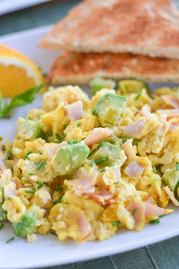 Brunch idee voor het weekend: Roerei met avocado en ham!