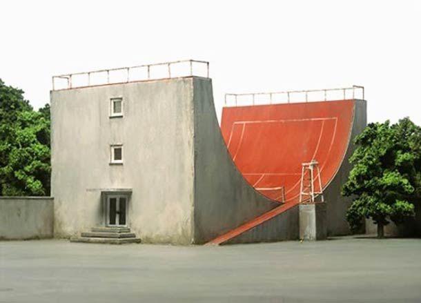 Après les immeubles improbables de Victor Enrich, penchons nous vers un autre artiste qui a étudié l'architecture absurde : Frank Kunert. Cette fois ci ce ne sont pas des montages numériques, mais des maquettes ! A la fois très réalistes et complètement absurdes, ces maquettes vont à l'encontre de toute logique architecturale. J'adore !
