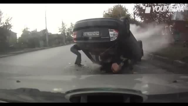Incidente in auto: la ragazza vola fuori dall'abitacolo