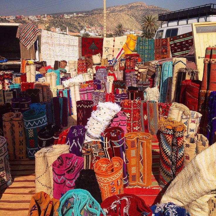 Serious car boot selling #bananavillage #taghazout #carpet #interiors #rugs #moroccancolours #carboot #vanlifers #vaninterior #travel #moroc #souk