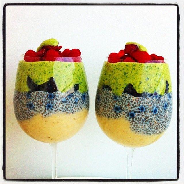 Hello my dearies. 👋 My breakfast this morning. Banana purée🍌, chia pudding (made with soy rice milk), blueberries and blackberries🍇, green 🌱banana purée, raspberries and strawberries 🍓 on top. Jxxx ________ Hallo meine Lieben. 👋 Das war mein Frühstück heute morgen. Bananenmus🍌, Chiapudding (mit Soja Reis Milch gemacht), Heidelbeeren, Brombeeren🍇, grünes Bananenmus, Himbeeren und Erdbeeren 🍓 oben auf. Jxxx #raw #rawvegan #vegan #rawfood #whatveganseat #vegansoffb #vegansofig…
