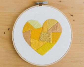 Bordado de corazón amarillo  Arte de pared  Aro de bordar de