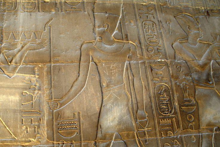 """Китайски тинейджър """"разкраси"""" 3500 годишен барелеф в Луксор, Египет, като написа на родния си език """"Динг Джинхао беше тук""""."""