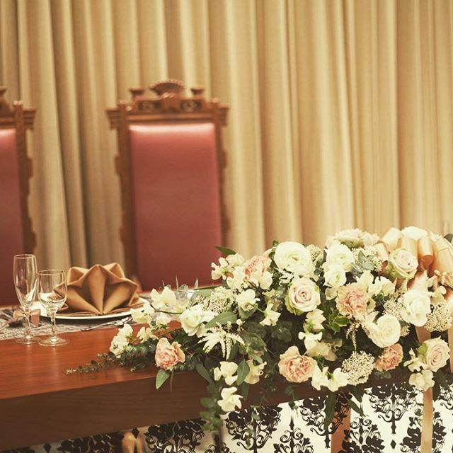 """★アンティークな世界観★    リゾートがテーマのザ・ミーツでも、会場内の空間はお二人のお好みのコーディネートでいっぱいにできます。  こちらのお二人は、真っ白の大階段が特徴的な一階の会場に、アンティークな色味やリボンを使い、""""大人可愛い""""世界観を創り上げました♪    #ザミーツマリーナテラス#wedding #結婚式#結婚式場#ウェディング#ウェディングニュース#ブライダルフェア#全国のプレ花嫁さんと繋がりたい #プレ花嫁#リゾート"""